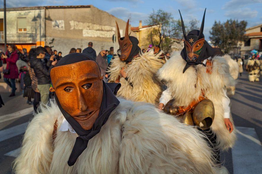 Os mascarados do Carnaval em Ottana, na ilha da Sardenha, representam o domínio dos seres humanos ...