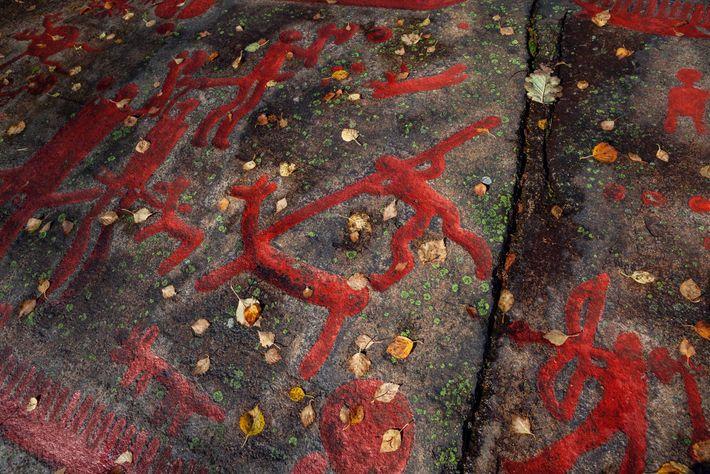Na Suécia, entalhes em rocha (realçados com tinta vermelha) ecoam as mudanças culturais geradas por grupos ...