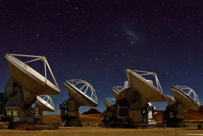 O céu brilha sobre as 66 antenas de rádio do Atacama, um dos principais elementos da ...