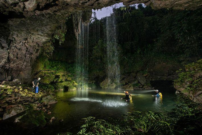 Os moradores relataram ter encontrado ocasionalmente os novos peixes cavernícolas na caverna Chympe, observada na foto, ...