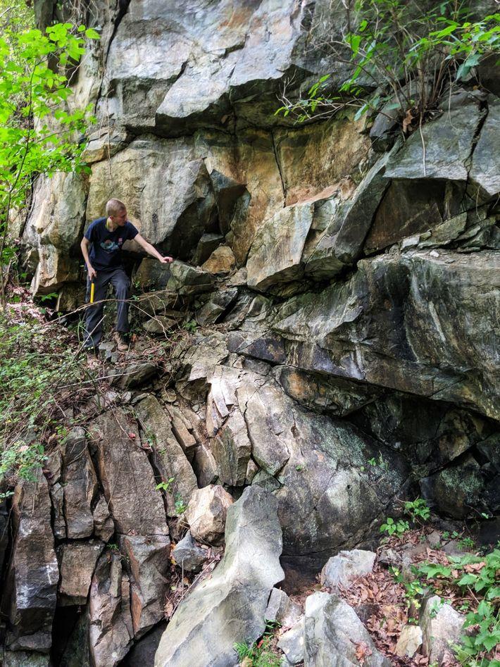 George Guice, mineralogista do Museu Nacional de História Natural do Instituto Smithsoniano, examina camadas de rocha ...