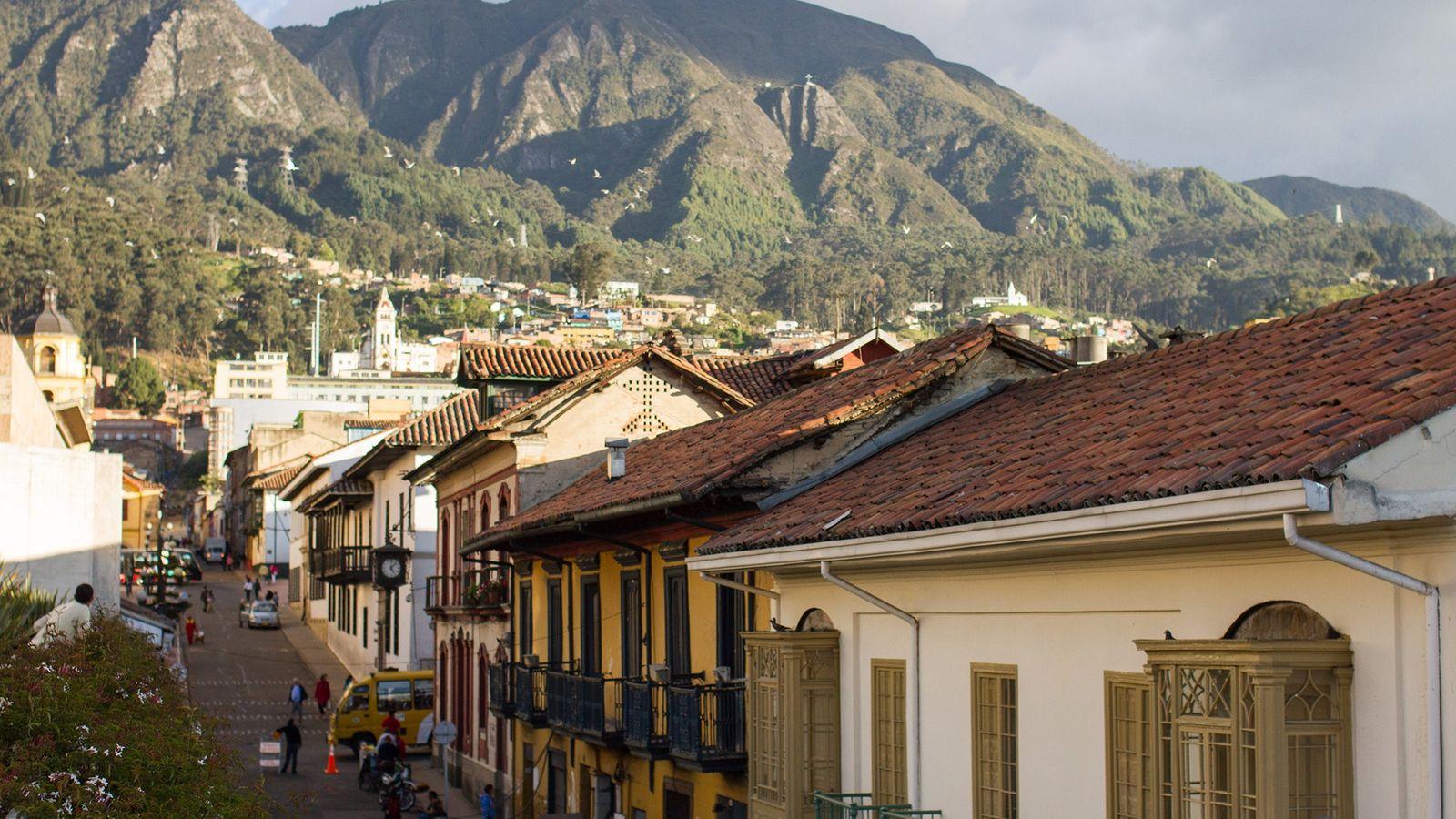 As montanhas andinas formam um cenário magnífico no centro de Bogotá.