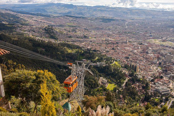 Esqueça a escalada e aproveite uma volta de teleférico até o topo do Monserrate para uma ...