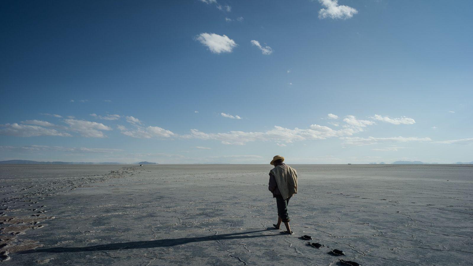 Silvério Rios Choque, boliviano da etnia uru, caminha em direção a barcos encalhados no que era ...