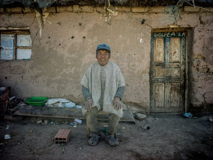 Juan Choque Miranda, 76 anos, conserva o estilo de vida dos pescadores da etnia uru, que ...