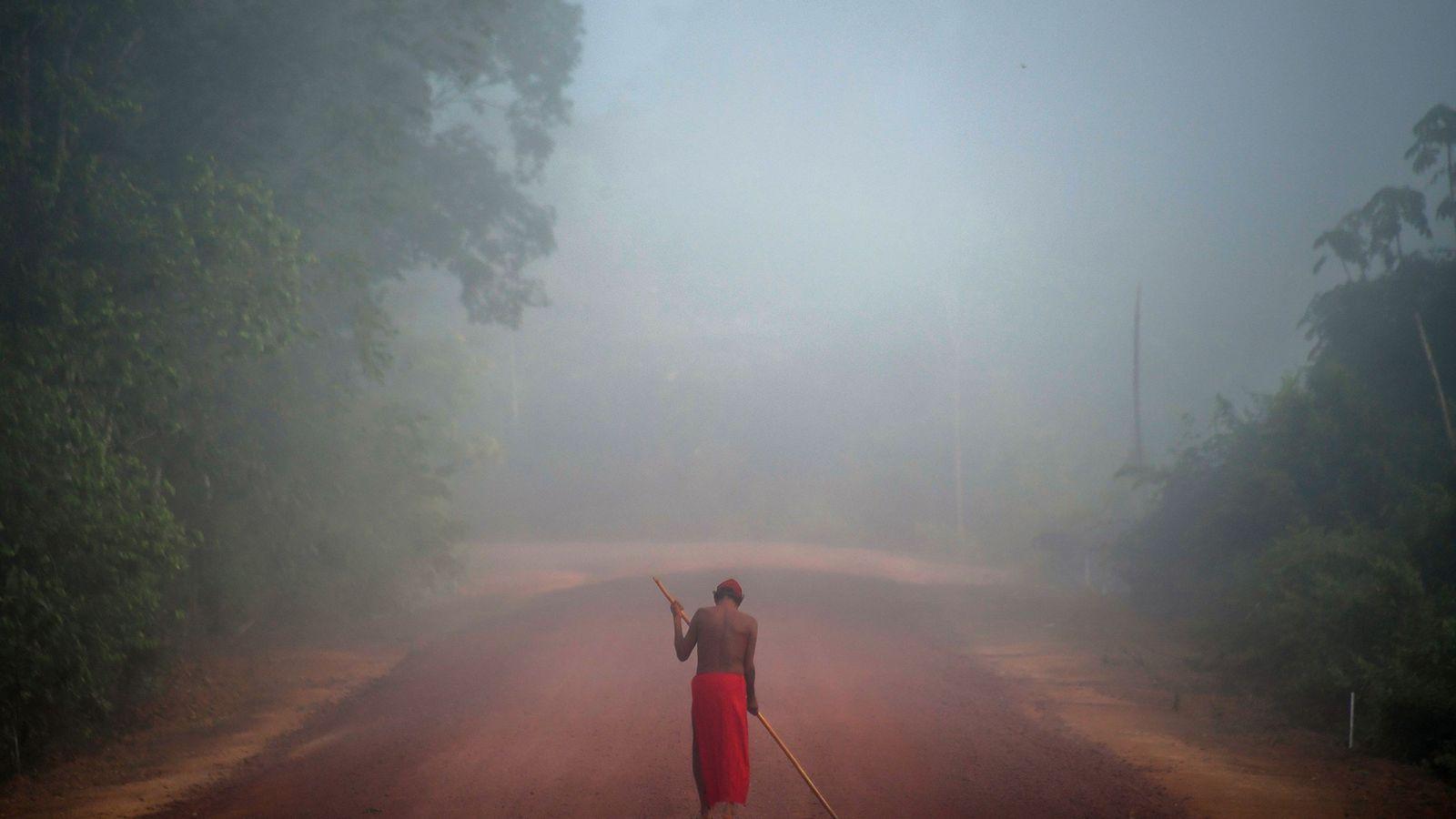 O chefe tribal Tzako Waiapi anda pelo nevoeiro na aldeia Manilha na reserva indígena de Waiapi ...