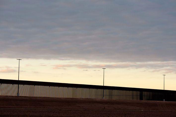 Novas partes do muro de fronteira sendo erguidas em Hidalgo, Texas, em 11 de janeiro de ...