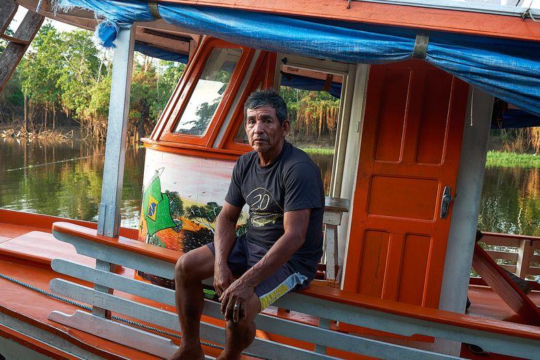Pai, tios e muitos moradores da comunidade Vila Alencar, na RDS Mamirauá, onde João Jacaré cresceu ...