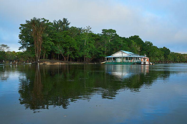 Flutuante onde se hospedou a equipe de pesquisadores do Instituto Mamirauá.