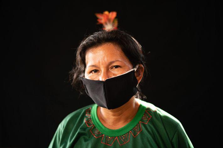 Um membro da etnia karapanã usa máscara facial costurada à mão para se proteger do vírus. ...