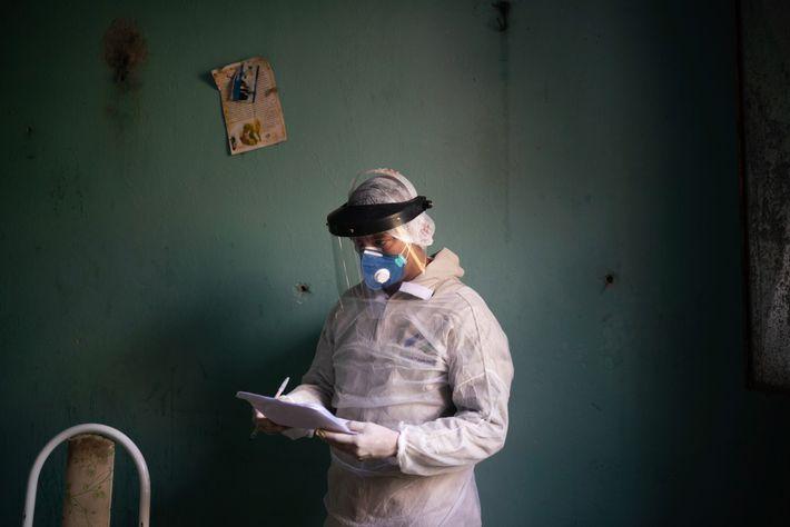 Profissional de saúde do SUS se prepara para realizar teste de covid-19 em Manacapuru, Amazonas. Os ...