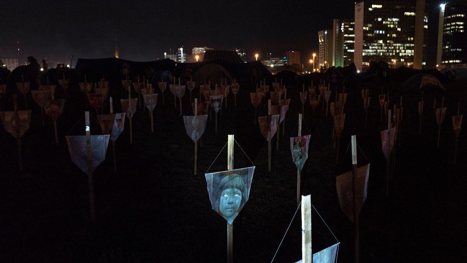 Instalação de arte em Brasília homenageia indígenas assassinados no Brasil em 2019. A obra foi exposta ...
