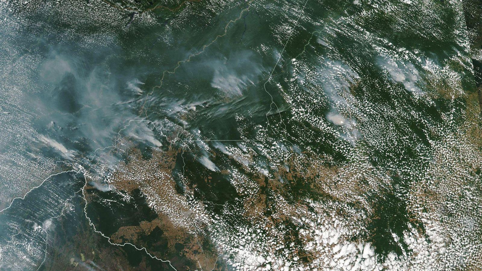 A fumaça dos incêndios na Amazônia foi registrada nesta imagem de satélite tirada pela Nasa.