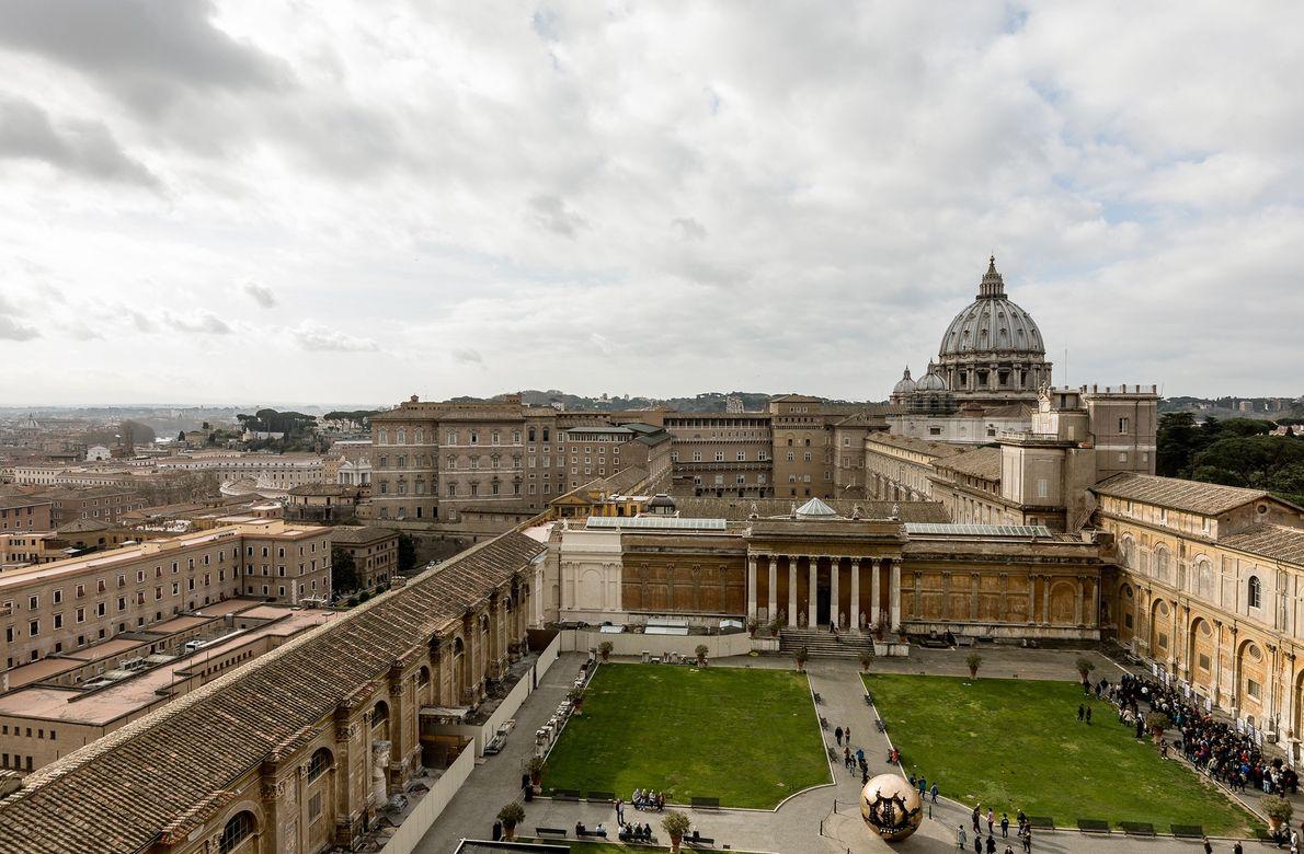 Grupos de visitantes passam pelos Jardins do Vaticano. O museu recebe cerca de 28 mil pessoas ...
