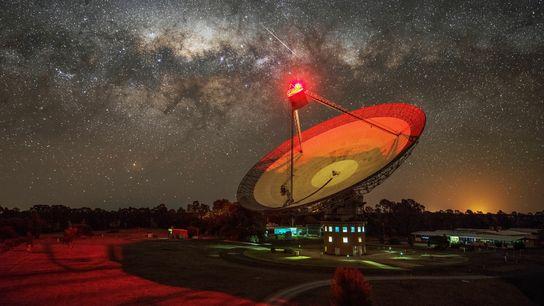 O rádio telescópio Parkes, na Austrália, recentemente detectou um ainda inexplicado sinal de rádio vindo da ...