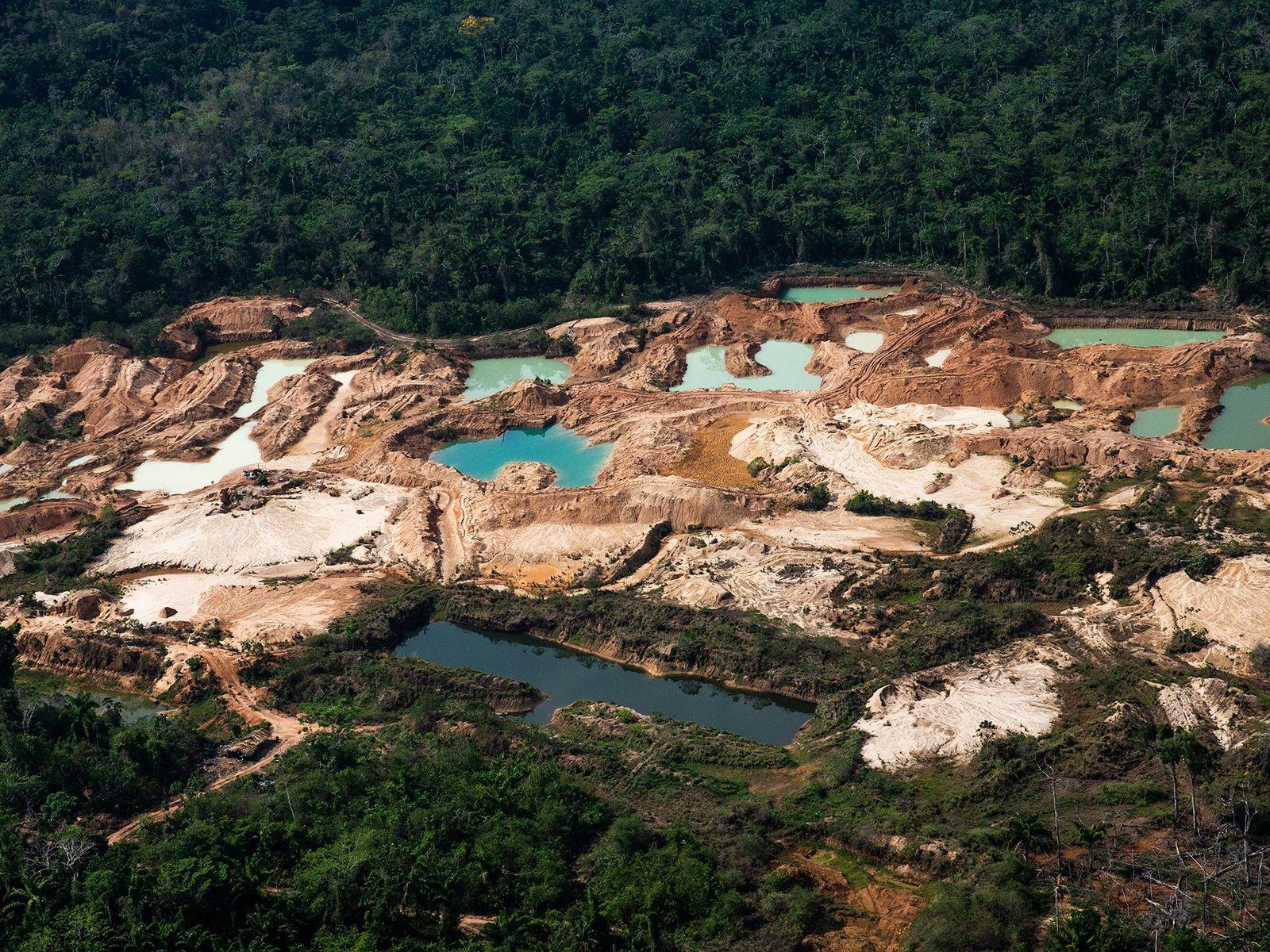 Essa área de mineração que forma uma grande clareira no meio da floresta no Pará fica ...