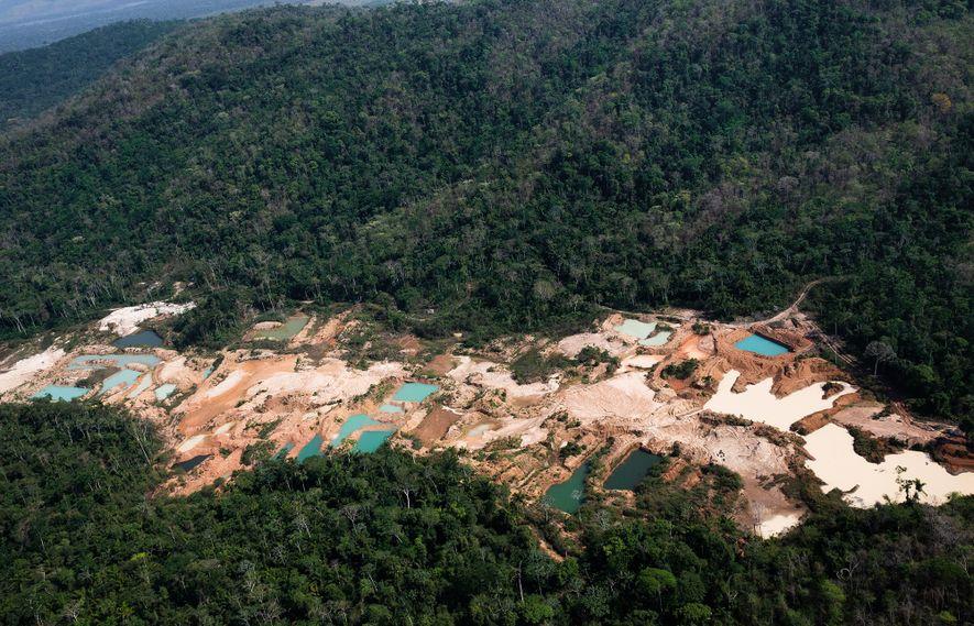 Muitas áreas de mineração, como esta, estão cravadas no meio da floresta. A região entre as ...