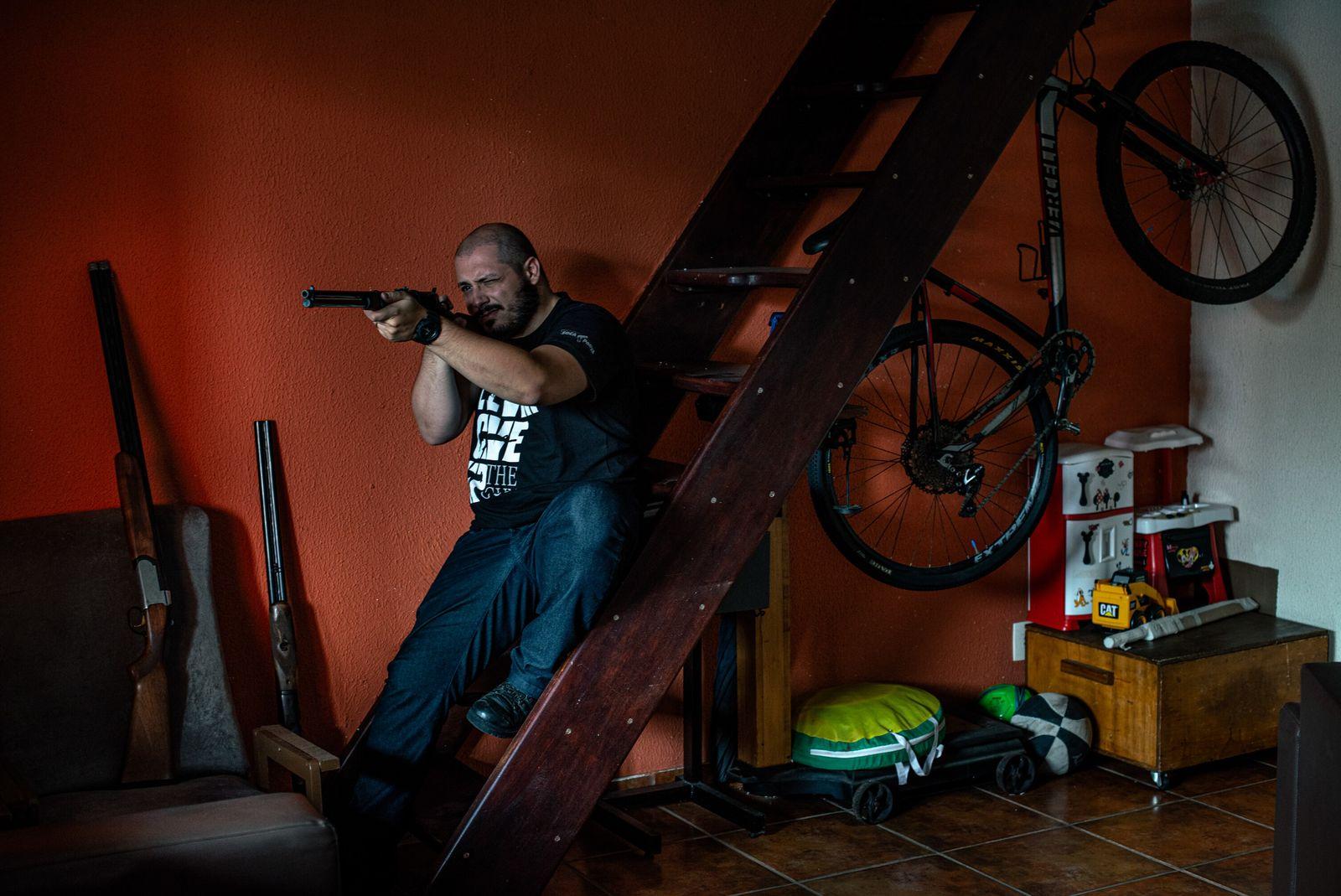 Caio Lausi se interessou por armas de fogo na internet e criou um dos maiores portais ...