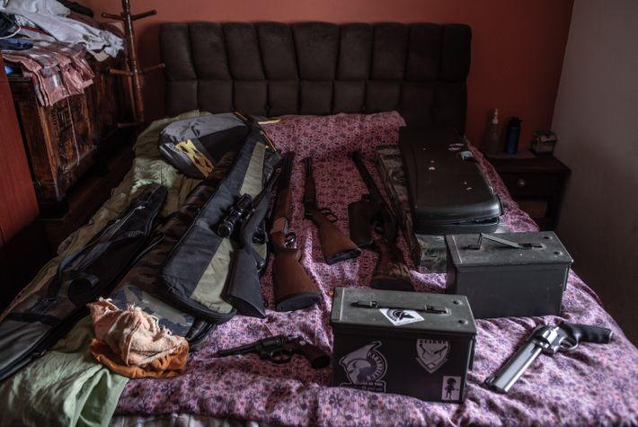 Armas sobre a cama de um dos CACs visitados pela reportagem, no interior de São Paulo.
