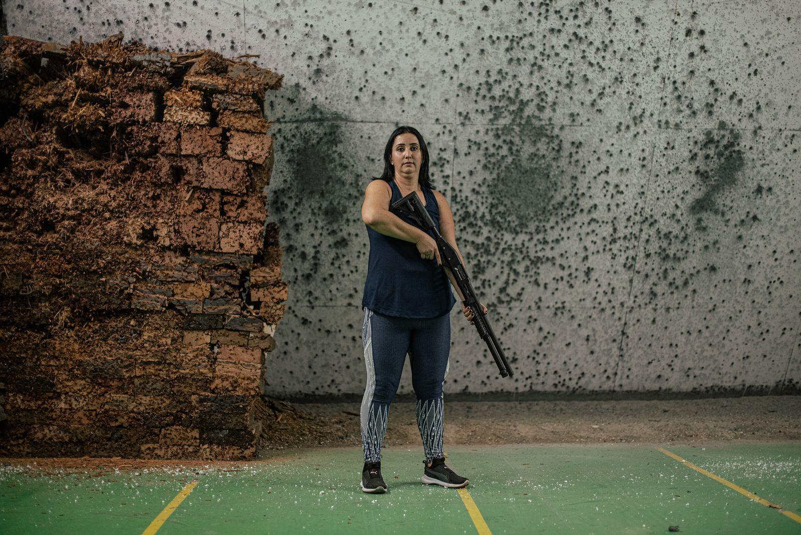 Érika Oliveira segura uma espingarda calibre 12 após realizar seus primeiros disparos. Ela decidiu adquirir a ...