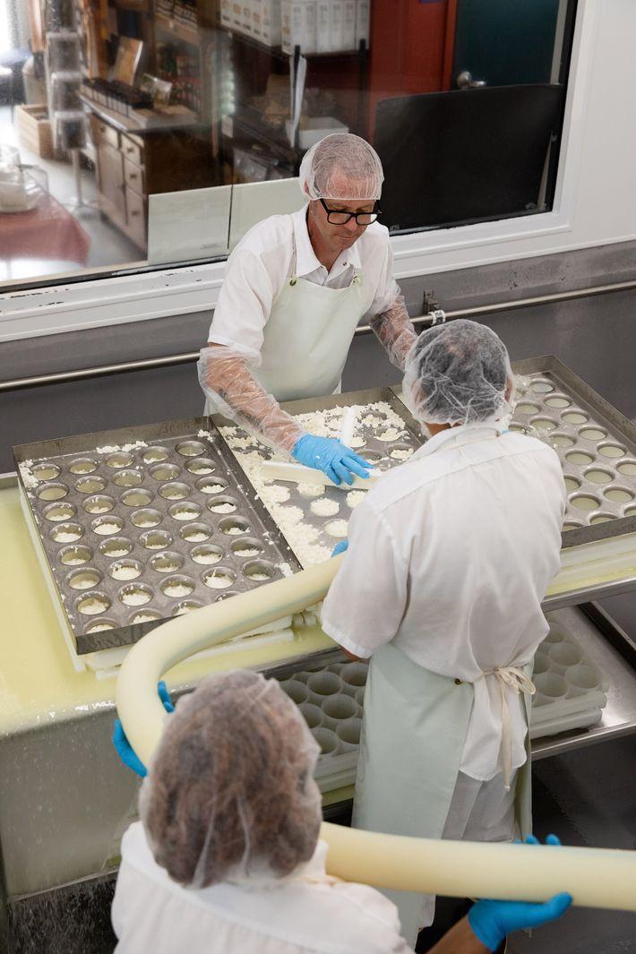 Jeremy Catrambone da Nicasio Valley Cheese (no alto), Jack Tinoco e Maria Padilla produzem o queijo ...