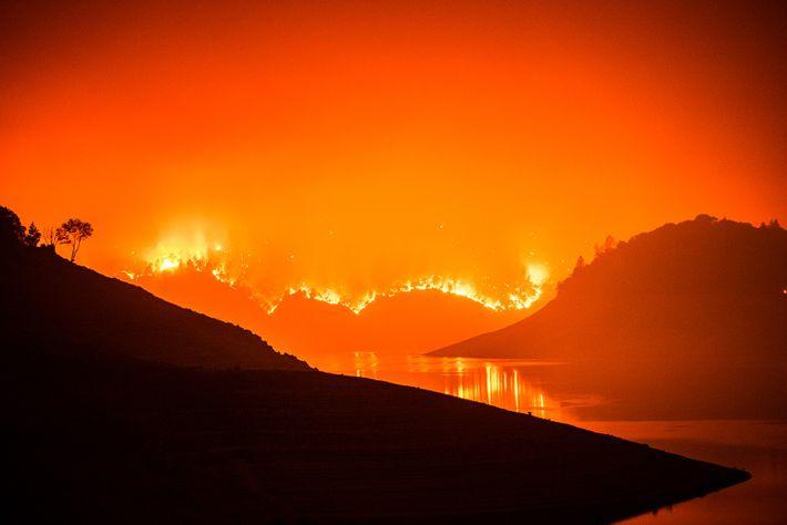 Incêndio florestal próximo a Oroville e à Floresta Nacional Plumas, na Califórnia, em 9 de setembro ...
