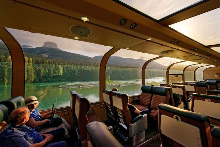 Viajar de trem é uma forma eficiente e luxuosa de chegar de um local ao outro. ...