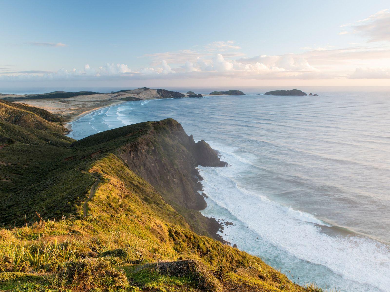 Cabo Reinga Considerada a marca de separação entre o Mar de Tasmania e o Oceano Pacífico, esta ...