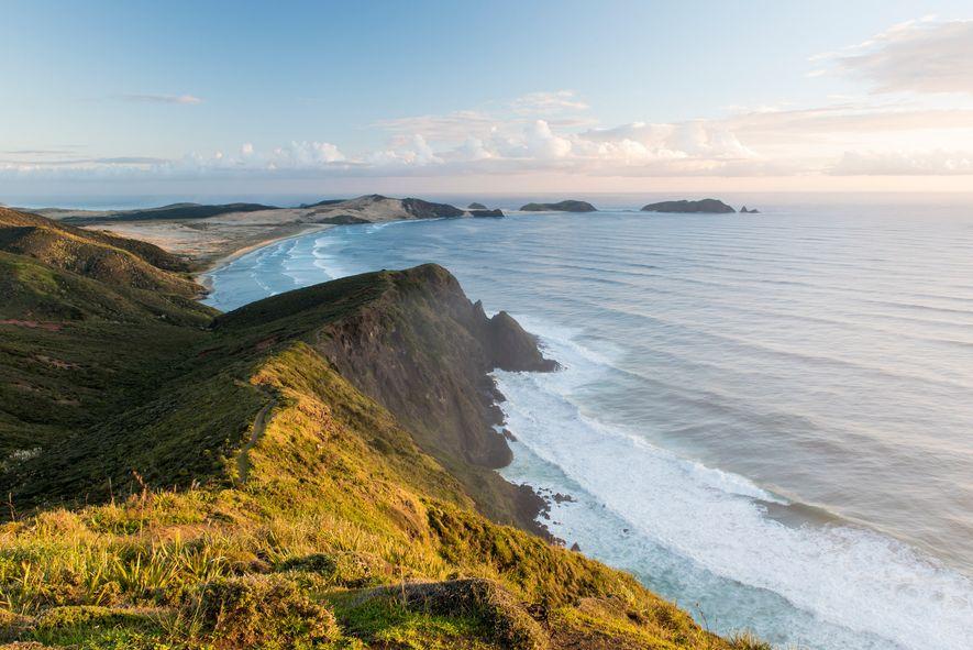 Cabo ReingaConsiderada a marca de separação entre o Mar de Tasmania e o Oceano Pacífico, esta ...