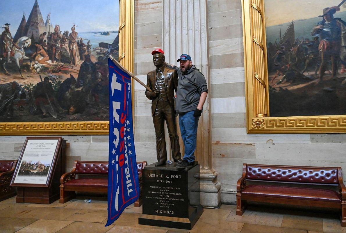 Vândalos tinham passagem livre na rotunda do capitólio dos EUA, o salão principal, tirando fotos e ...