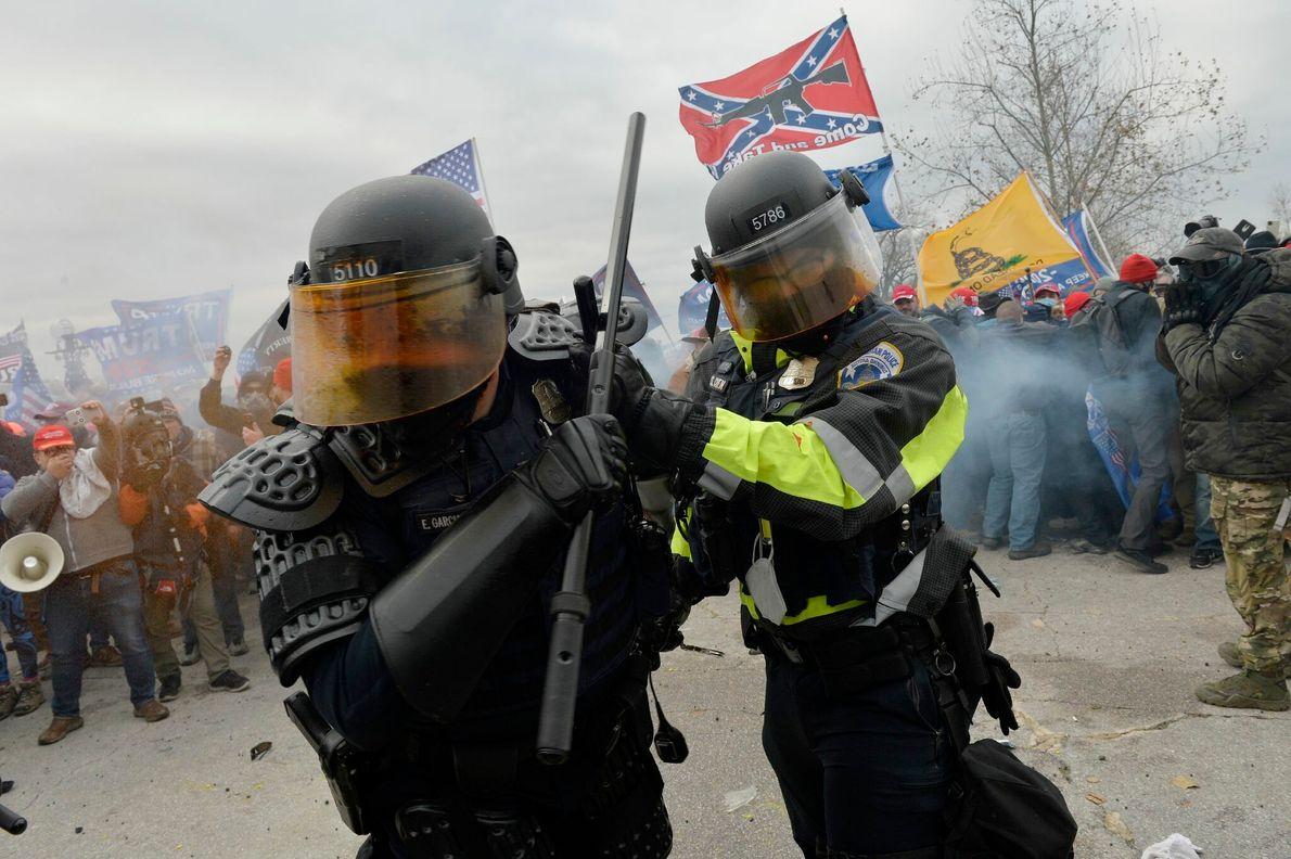 A polícia do capitólio enfrentou apoiadores de Trump em frente ao prédio do parlamento.