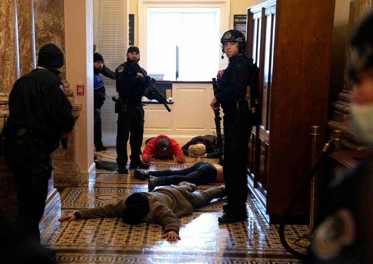 A polícia do capitólio dos EUA prendeu manifestantes na porta da câmara dos deputados. Há notícias ...