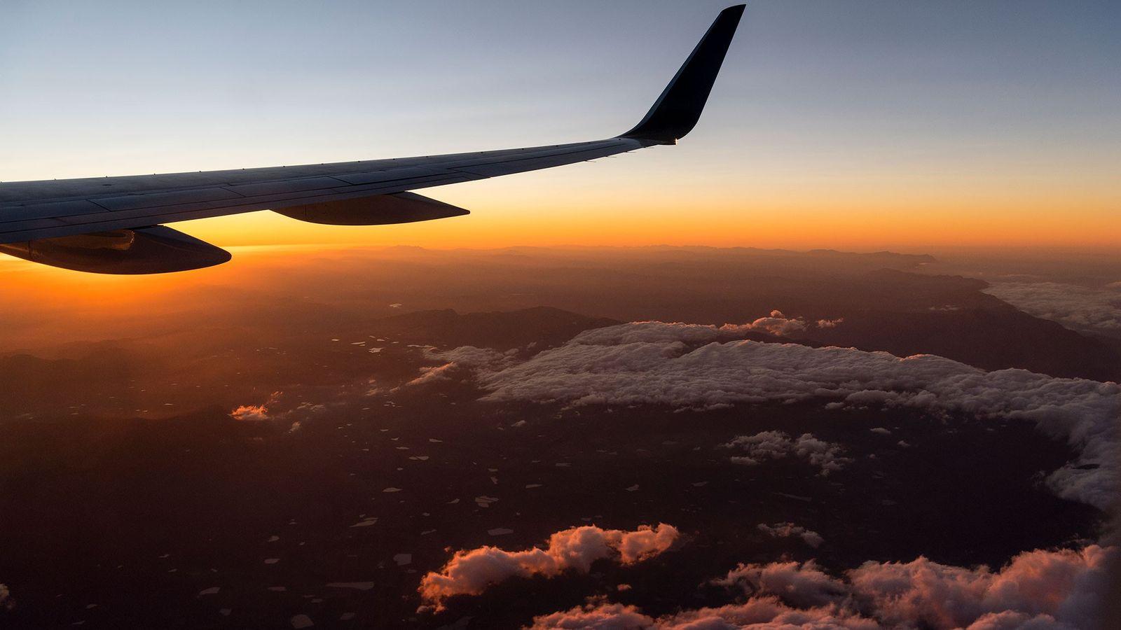 Asa de um avião que sobrevoa a Cidade do Cabo, na África do Sul, durante um ...