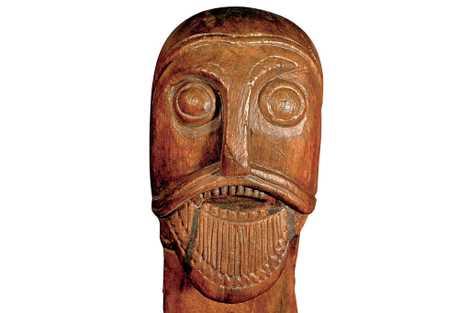 Uma cabeça esculpida na carroça funerária encontrada em Oseberg.