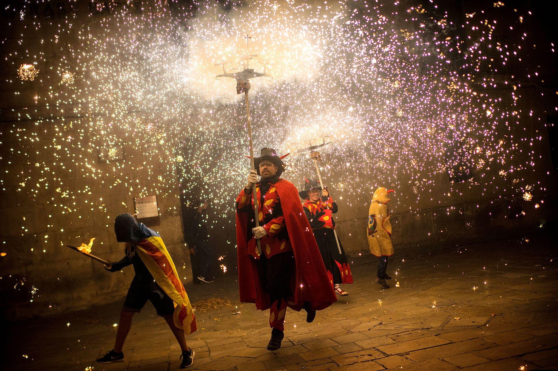 """Tradicionais artistas do correfoc, ou """"corrida do fogo"""", se vestem como demônios e acendem fogos de ..."""