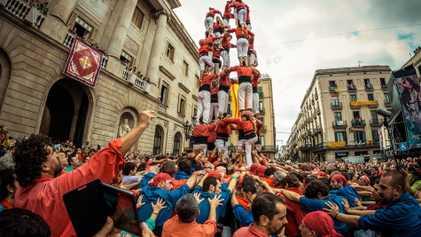 Como são erguidas as enormes torres humanas da Catalunha