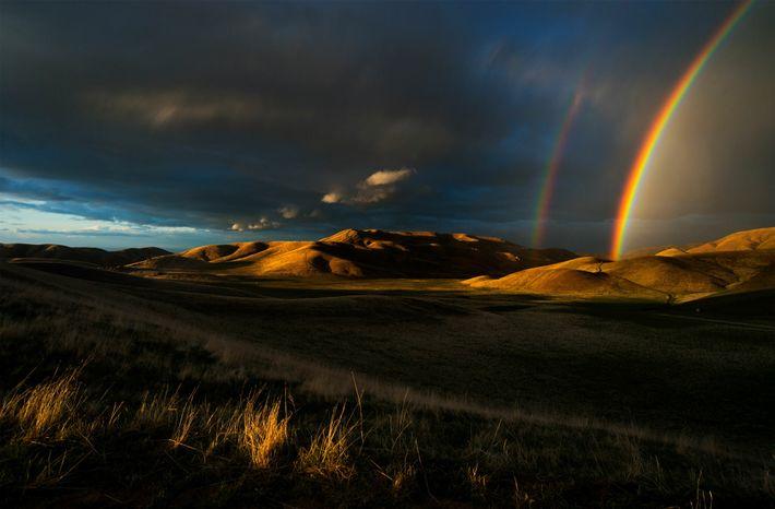 Arco-íris surgem após uma tempestade no final da primavera nas Montanhas San Emigdio, na Califórnia, região ...