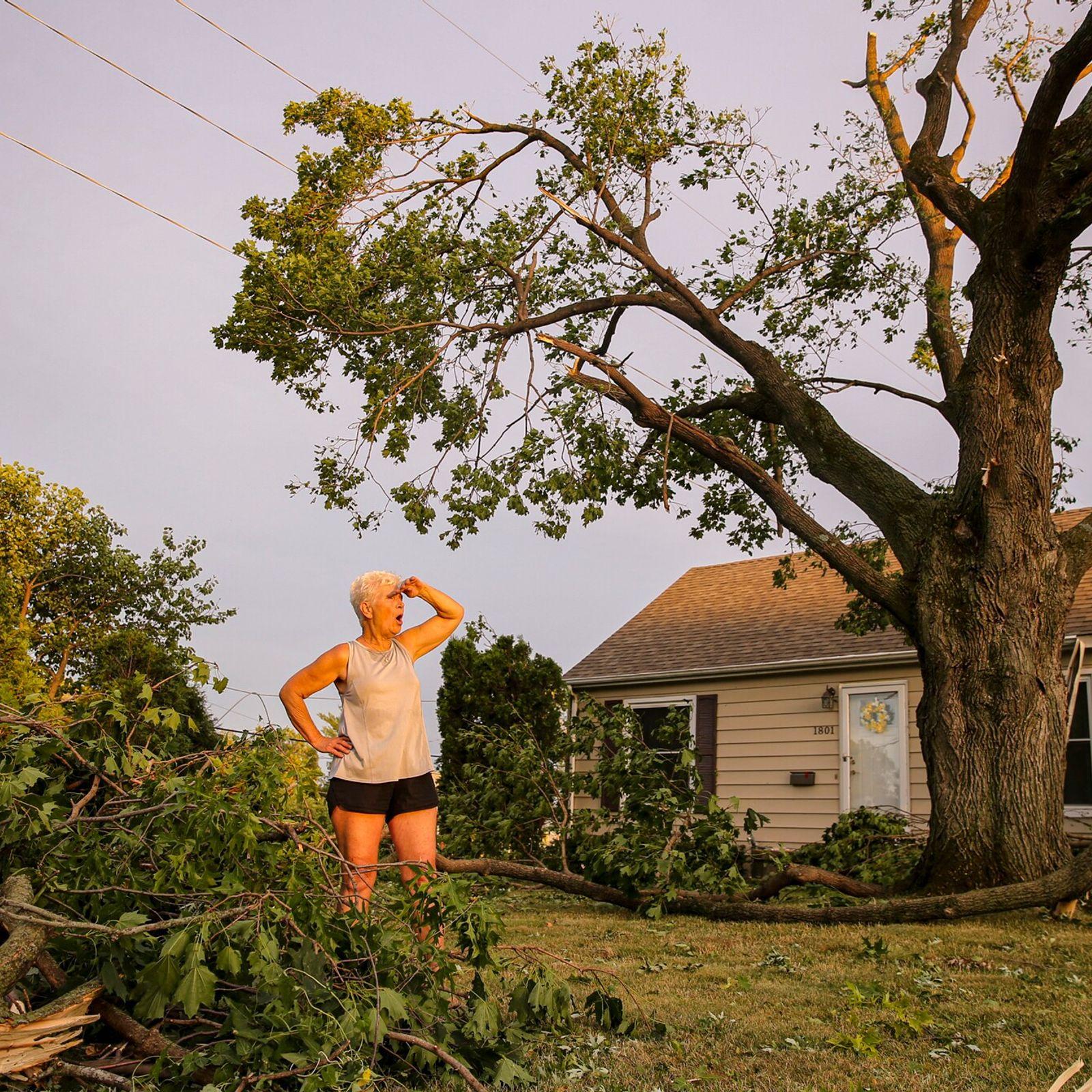 Laurie Berdahl em seu quintal em Cedar Rapids, Iowa, depois que uma tempestade de vento devastadora, ...