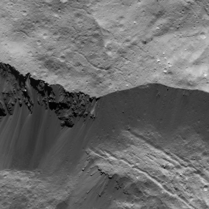 Esta imagem de uma parede da cratera Occator foi obtida pela sonda Dawn, da Nasa, em ...