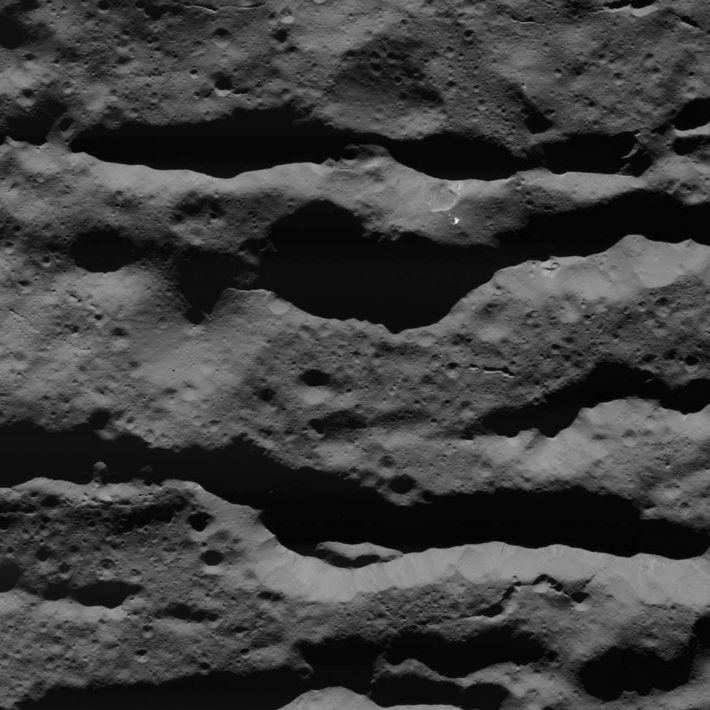 Fraturas profundas na cratera Occator foram fotografadas pela sonda Dawn, da Nasa, em 31 de julho ...