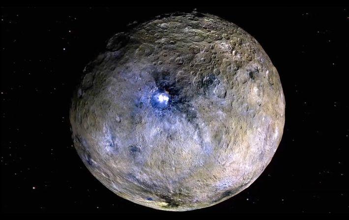 O planeta anão Ceres em renderizações com falsa cor, que acentuam as diferenças entre as substâncias ...
