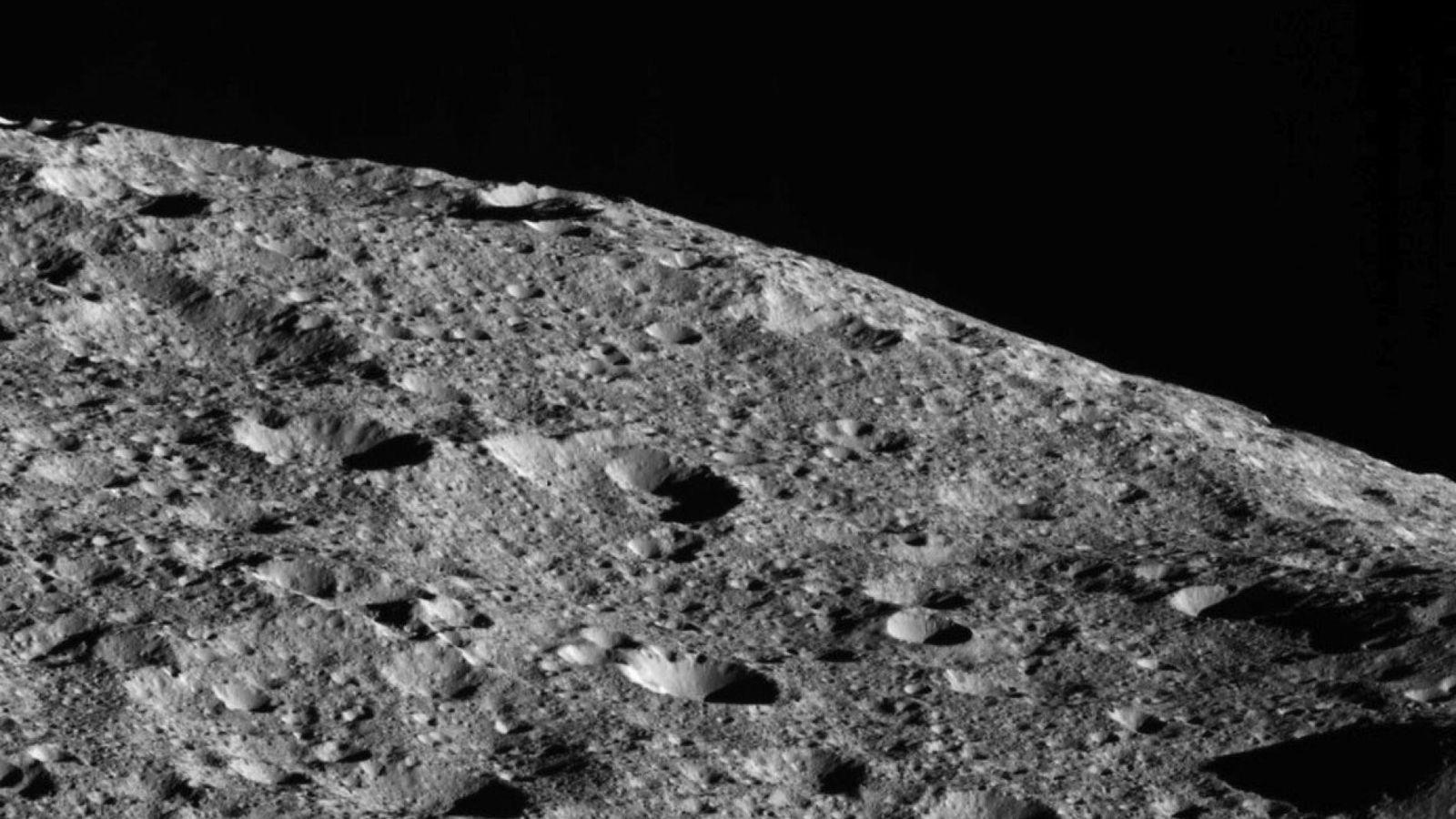 A caminho de sua mais baixa e última órbita, a sonda Dawn, da Nasa, capturou esta ...