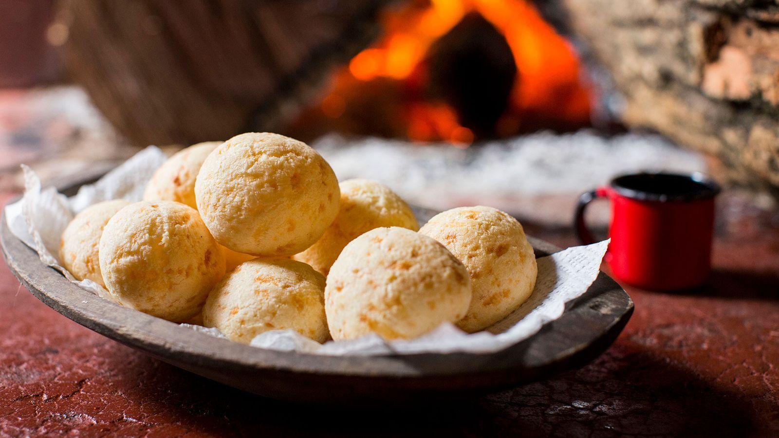 O pão de queijo de Minas Gerias, feito de polvilho e queijo minas, tem uma textura ...