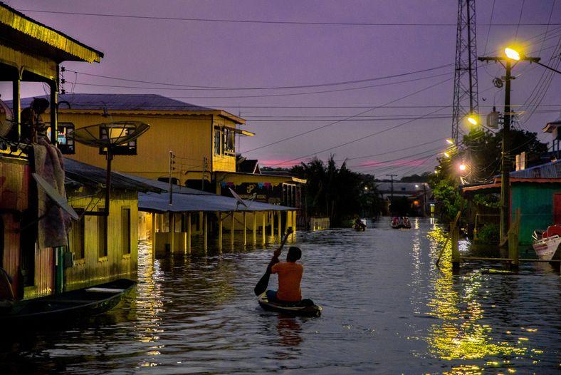 Cotidiano dos moradores na cidade de Anamã durante a maior cheia da história do rio Amazonas. ...