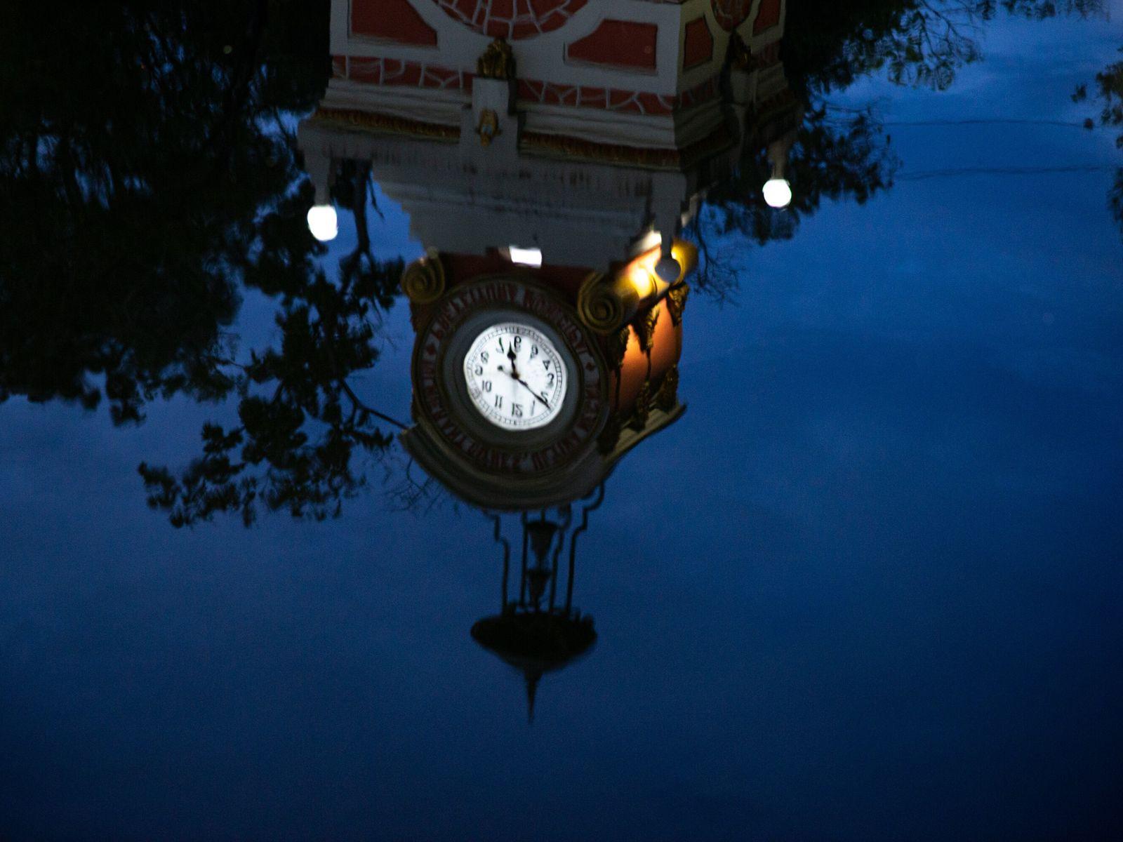O Relógio Municipal de Manaus é refletido nas águas que inundaram a cidade durante as cheias ...