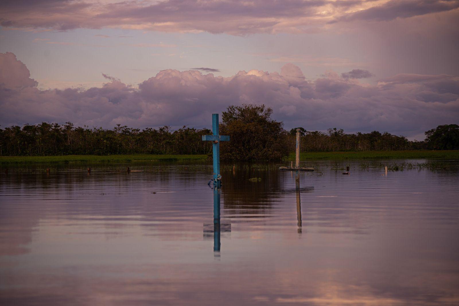 Cemitério principal da cidade de Careiro da Várzea (AM), durante a cheia da bacia do Amazonas ...