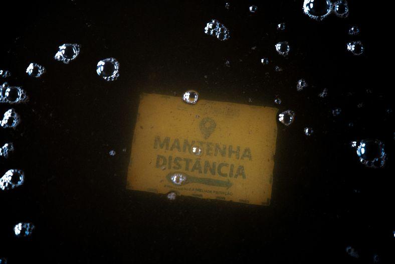 Encoberta pela água, placa em chão de escola municipal de Careiro da Várzea instrui sobre regras ...