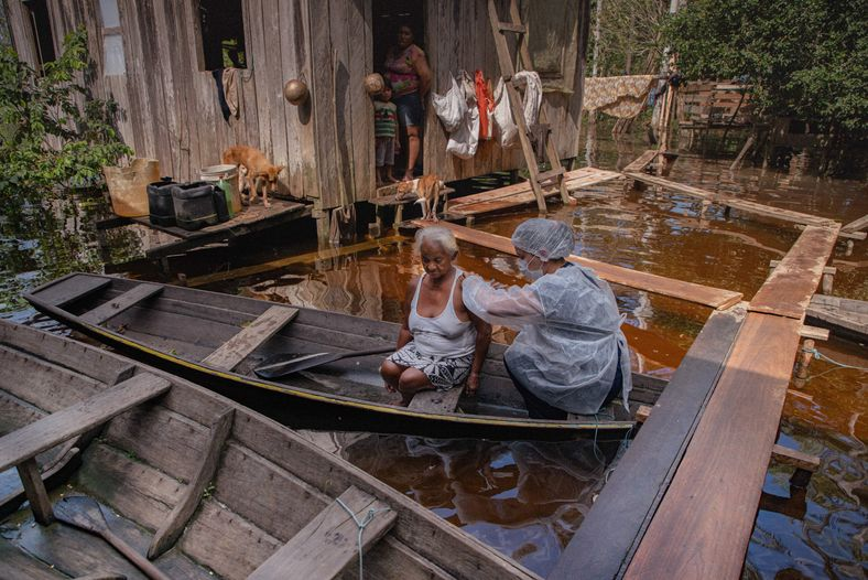Dona Maroca é vacinada na comunidade de Terra Brasil, na cidade de Anamã, 165 km a ...