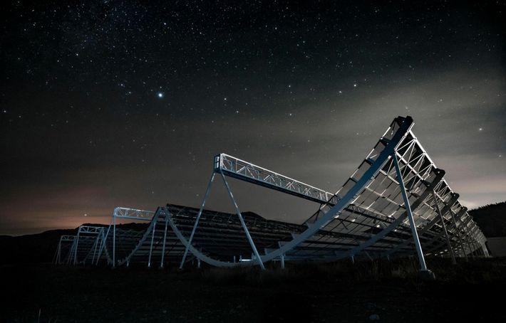 O telescópio CHIME do Canadá foi o primeiro a detectar a rajada de ondas de rádio ...
