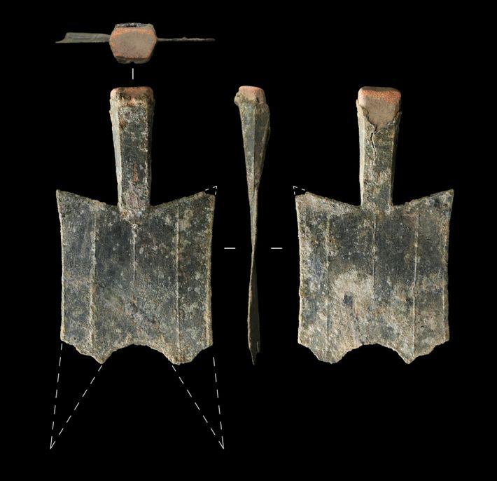Moedas em formato de espada, escavadas no local de uma antiga fundição de bronze na província ...